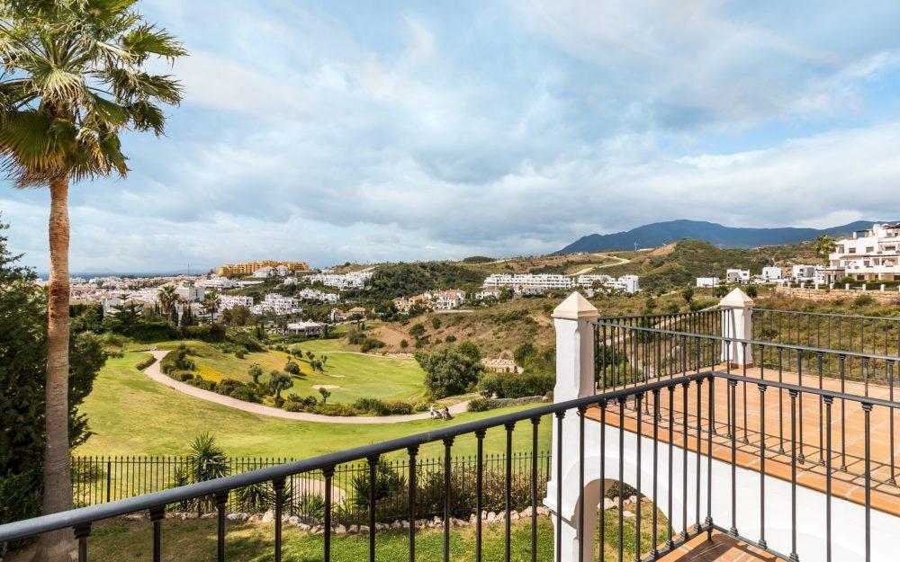 Preciosa villa frente al golf entre Puerto Banus y Estepona – HRV501