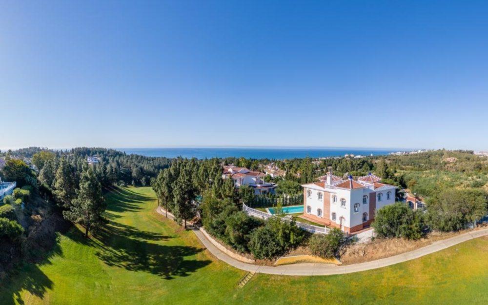 Fantástica villa frente al golf en Mijas Costa – HRV2267